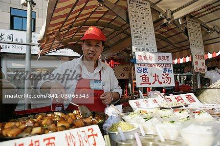 Fournisseur de produits alimentaires dans Wangfujing Snak Road, Wangfujing Dajie shopping district, Beijing, Chine, Asie