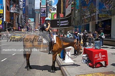 Montée de policier, Times Square, Manhattan Midtown, New York City, New York, États-Unis d'Amérique, Amérique du Nord