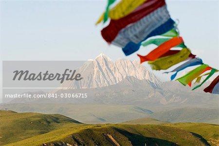 Drapeaux de prière soufflant dans le vent, neige, montagne, Tagong, Sichuan, Chine, Asie
