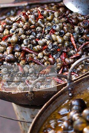 Escargots avec piments, une spécialité locale, le marché, Lanzhou, Gansu, Chine, Asie