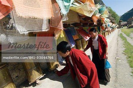 Deux femmes en tournant les moulins à prières, temple de Tagong, Tagong, Sichuan, Chine, Asie