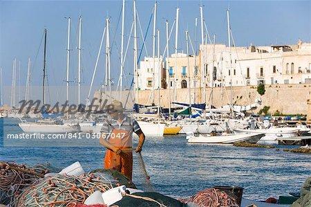 Pêcheur, le château, Gallipoli, Lecce province, Pouilles, Italie, Europe