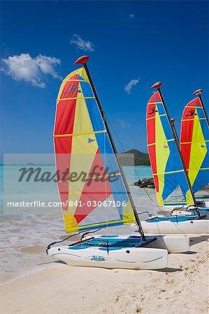 Bateaux à voiles colorées sur Jolly Beach, Antigua, îles sous-le-vent, Antilles, Caraïbes, Amérique centrale