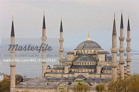 Vue surélevée de la mosquée bleue à Istanbul, avec vue sur le Bosphore, Istanbul, Turquie, Europe