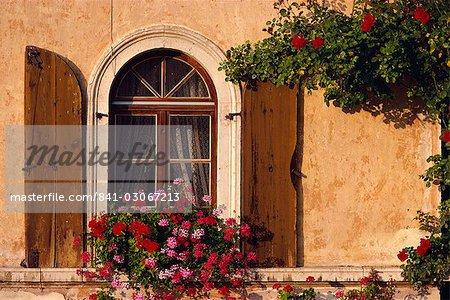 Fenster mit Fensterläden und Blumenkasten, Italien, Europa