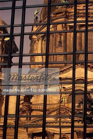 Réflexion de la cathédrale de Berlin à la Volkskammer en Berlin, Allemagne, Europe