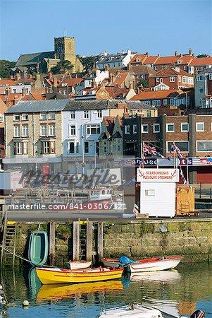 Le front de mer de Scarborough, la célèbre station balnéaire sur la côte du North Yorkshire, Angleterre, Royaume-Uni, Europe
