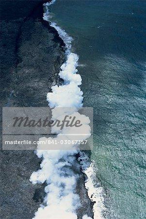 Vue aérienne du champ de lave de basalte avec fenêtre de toit s'est effondré dans un tube de lave fluide actif sur le flanc sud du volcan Kilauea dans la Puna, Big Island, Hawaii, Hawaii, États-Unis d'Amérique, Pacifique, Amérique du Nord
