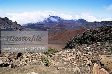 Cône de cendres et de lave ferrugineuse tanné d'oxyde brun dans le cratère du mont Haleakala, plus grand volcan du monde, l'île de Maui, Hawaï, îles Hawaii, États-Unis d'Amérique, Amérique du Nord