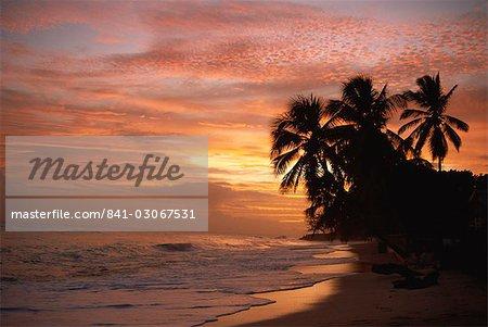 Coucher de soleil sur la plage de Worthing, Christ Church, Barbade, Antilles, Caraïbes, Amérique centrale