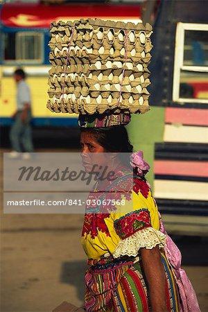 Maya femme indienne portant des œufs sur la tête, Quetzaltenango, Guatemala, Western Highlands, l'Amérique centrale