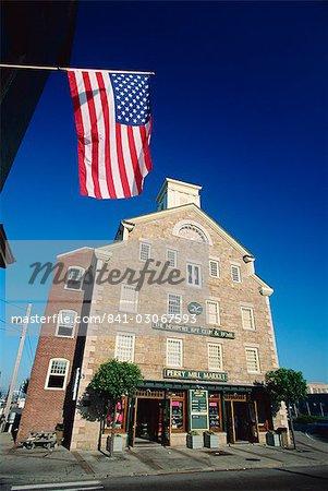 Le Stars and Stripes battant avant le Newport Bay Club and Hotel, au centre-ville de Newport (Rhode Island), New England, États-Unis d'Amérique, Amérique du Nord