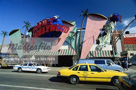 Taxis de passage et panneau de restaurant planet Hollywood, Chicago, Illinois, États-Unis d'Amérique, Amérique du Nord