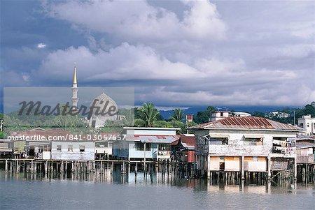 Sur pieux village et état mosquée, Kota Kinabalu, Sabah, l'île de Bornéo, en Malaisie, Asie du sud-est, Asie