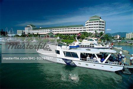 Bateau touristique dans le port de Cairns, Queensland, Australie, Pacifique