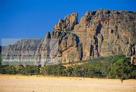 Mt Arapiles, un lieu d'escalade près de Natimuk qui se dresse dans la Wimmera, une grande étendue de terres agricoles plates dans l'ouest de Victoria, Australie