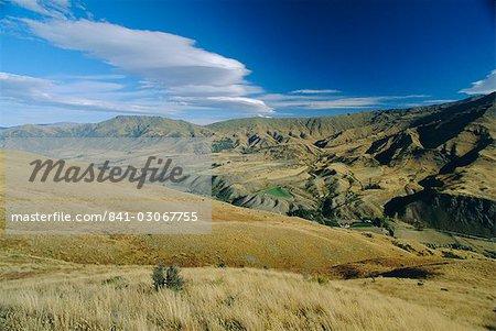 À la recherche de la gamme de la couronne vers la vallée de Kawarau en zone nord est de Queenstown, Ouest Otago, Nouvelle Zelande sud