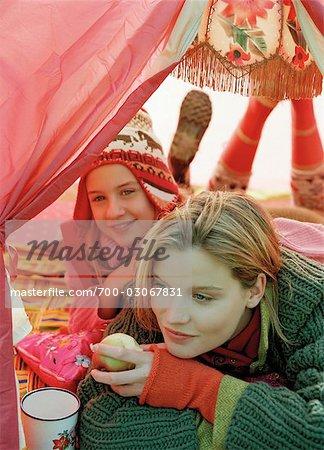 Mère et fille câlins sous tente