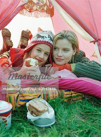 Mère et fille câlins à l'intérieur de la tente