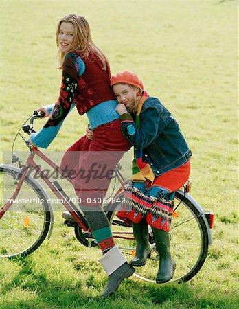 Mère et fille vélo ensemble