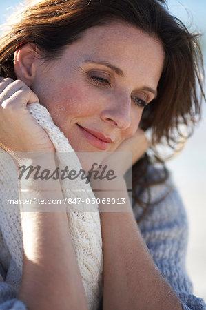 Gros plan de belle mature lady relaxante sur la plage