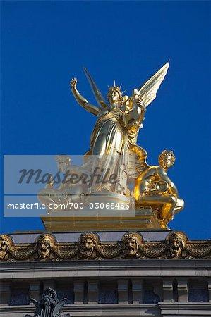 Statue sur le dessus de l'Opéra Garnier, Paris, France