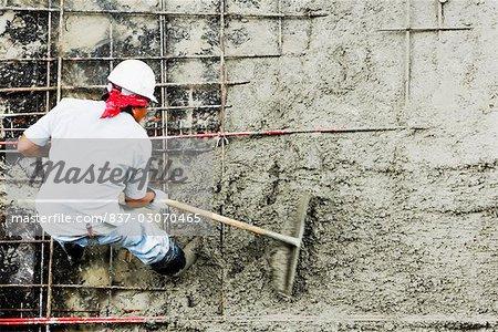 Erhöhte Ansicht der Bauarbeiter auf einer Baustelle arbeiten