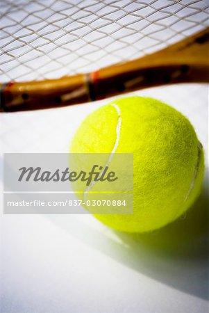 Gros plan d'une raquette de tennis et une balle de tennis
