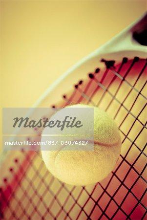 Gros plan d'une balle et une raquette de tennis
