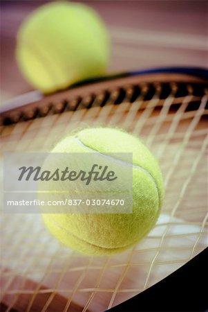 Gros plan des balles de tennis et d'une raquette de tennis