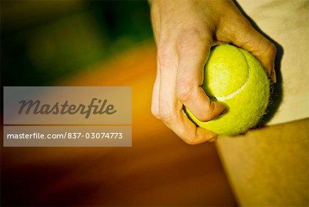 Milieu vue en coupe d'une personne tenant une balle de tennis