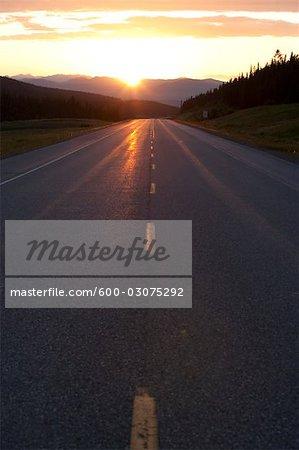 Coucher de soleil sur l'autoroute 40, Cadomin, en Alberta, Canada