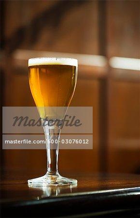 Tige de verre de bière sur comptoir