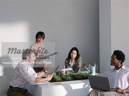Une réunion de travail sur un thème vert