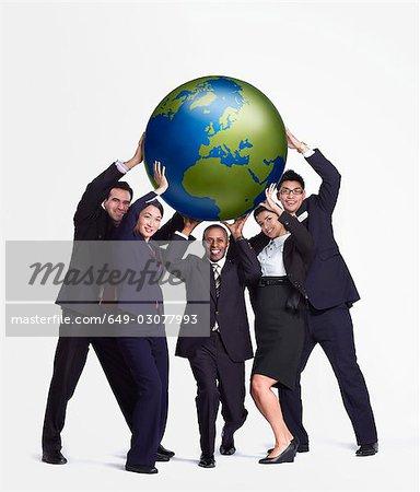 Un groupe d'entreprises brandissant un grand globe