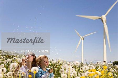 Mädchen und jungen bei Windkraftanlage
