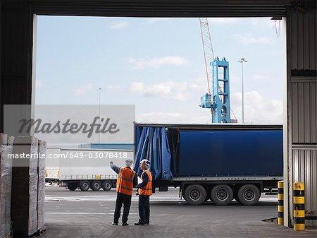 Travailleurs portuaires organisant des camions