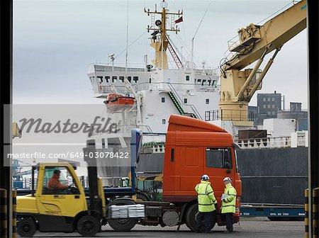 Travailleurs portuaires avec camion & navire