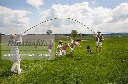 Helene sauter moulinette dans campagne