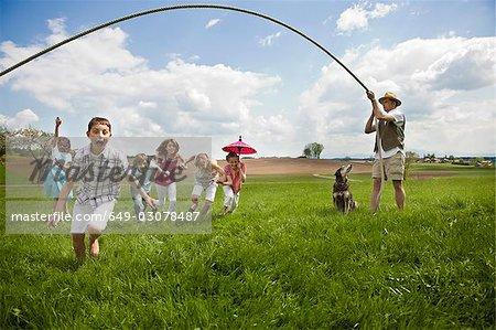 Famille de s'amuser dans la campagne