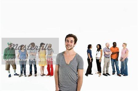 Ein junger Mann vor eine Reihe von Männern und Frauen