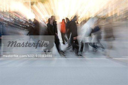 Fußgänger überqueren Straße, verschwommen