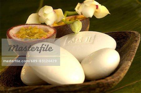 Porte-savon avec des orchidées et des fruits de la passion
