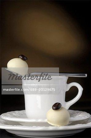 Tasse und zwei Stücke Schokolade