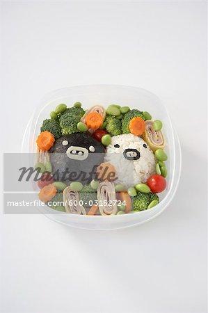 Algen und Reis mit Gemüse im Container