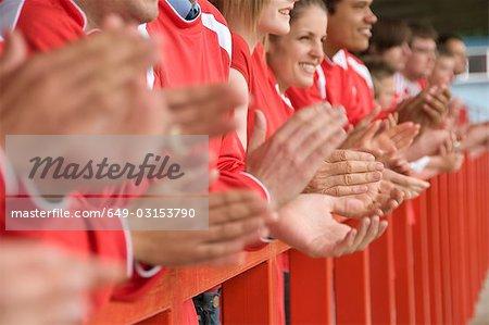 Fans de battements de mains au match de football