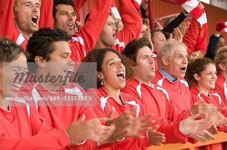 Fans célèbrent au match de football