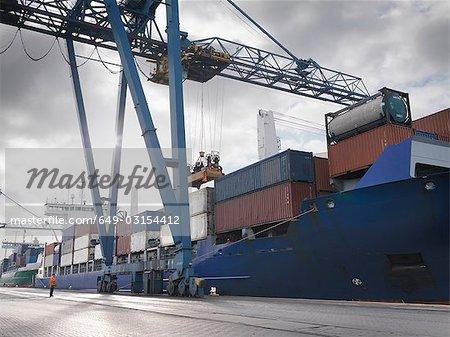 Travailleur de port regarder le navire en cours de chargement