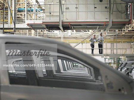 Travailleurs d'usine de voiture voitures d'observation