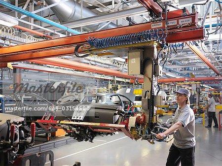Travailleuse de voiture sur ligne de Production